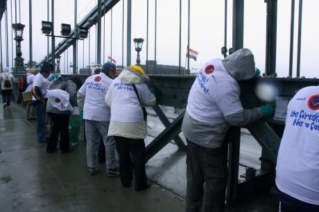 A Lánchídról több tucat aktivista takarította le a falfirkákat