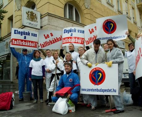 A falfirka-mentesítési kampány lelkes csapata: civilek és celebek