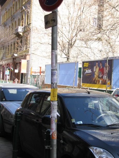 A közlekedési táblákat is plakátok borítják