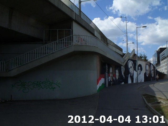 Falfirka a Nemzet színészei falfestmény mellett
