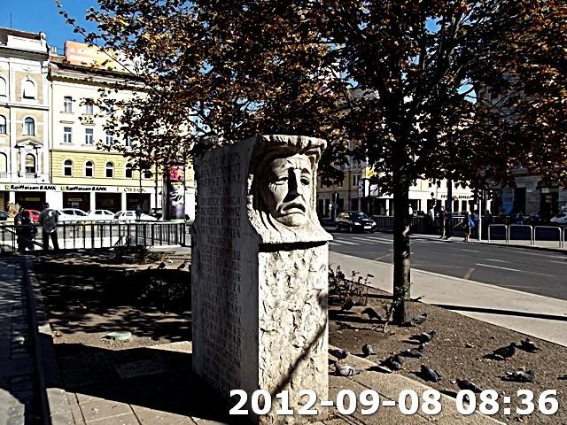 Falfirka a Nemzeti Színház emlékművénél